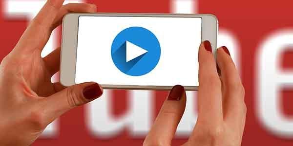người dùng mạng xã hội chia sẻ video youtube